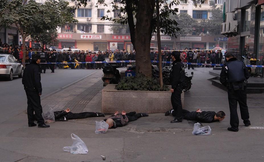 宿迁律师网:成都两伙人带枪冲突 警方街头抓人照片